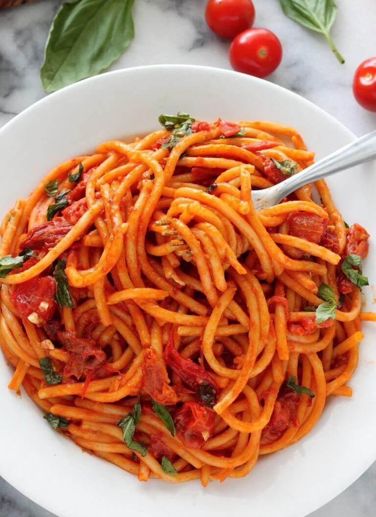 Domatesli Fesleğenli Spagetti Tarifi