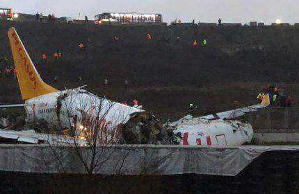 İzmir-İstanbul Seferini Yapan Yolcu Uçağı Pistten Çıktı! Uçak 3'e Bölündü